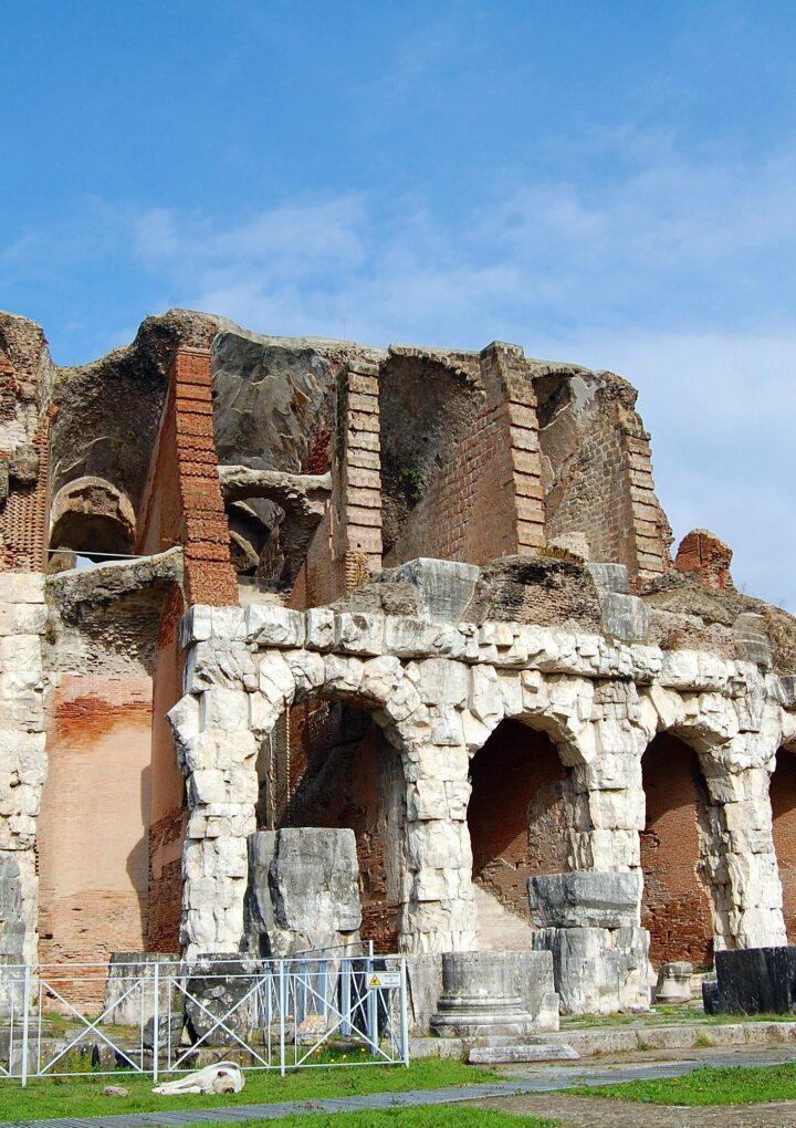 Incredibile a Santa Maria Capua Vetere: quattro giovani salgono in cima all'Anfiteatro