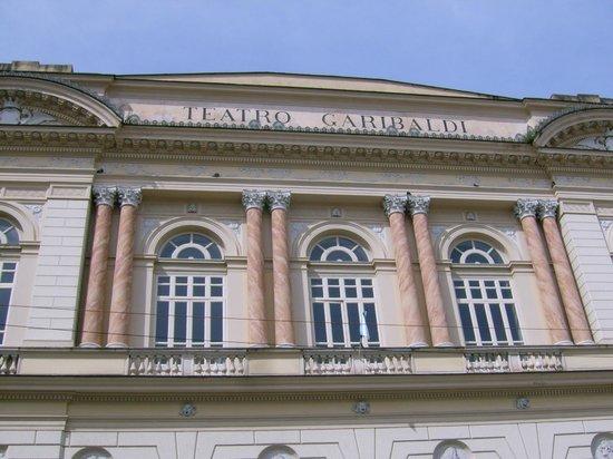 Santa Maria Capua Vetere, crolla muretto all'esterno del teatro Garibaldi