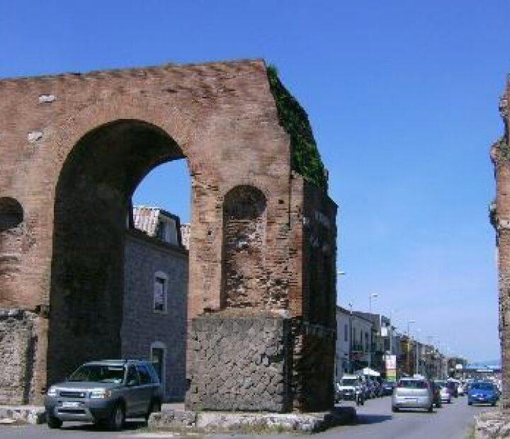 Santa Maria Capua Vetere, Arco di Adriano: rete metallica per evitare cadute e traffico deviato